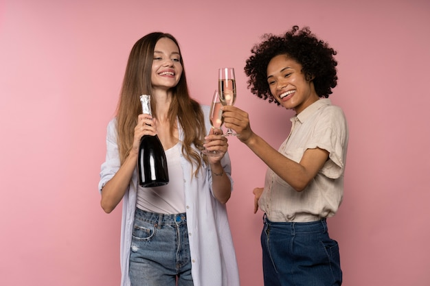 Frauenfeier mit sektgläsern und flasche