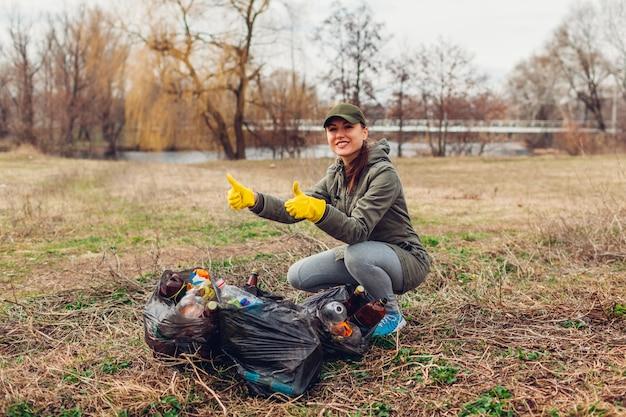 Frauenfreiwilliger räumte den abfall im park auf