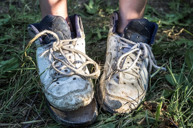 Frauenfüße zu hause mit defekten pantoffeln. armut-konzept.