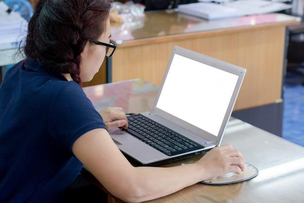 Frauengebrauch der laptop-computers und der drahtlosen maus, des webs, das auf internet oder der jobsuche grast