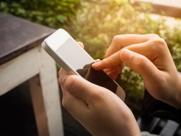 Frauengebrauch smartphone, finger, der schirm am telefon zeigt, mädchen, das an hand weißes moblie hält