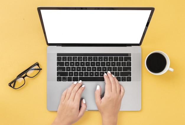 Frauengebrauchslaptop, der auf der draufsicht des tastatur internet-marketing-konzeptes schreibt