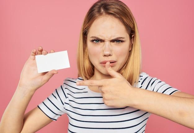 Frauengeschäftsmodell, das weißes kartenblatt papier annonciert. hochwertiges foto