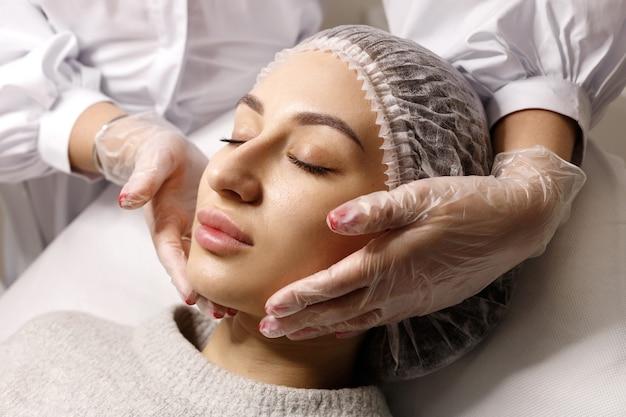 Frauengesicht an einem empfang mit einer kosmetikerin