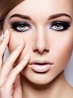 Frauengesicht mit mode schwarz make-up des auges und langen schwarzen wimpern.