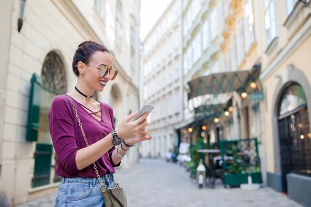 Frauengespräch durch ihr smartphone in der stadt.