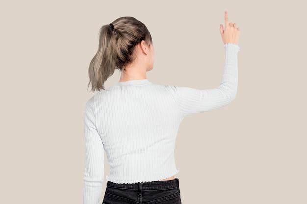 Frauengeste, die auf einen unsichtbaren bildschirm drückt