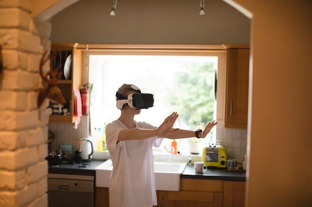 Frauengestikulieren während der verwendung des virtual-reality-headsets