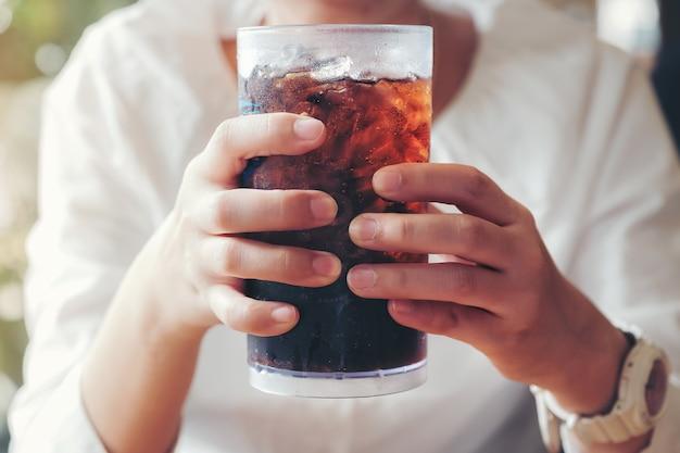Frauengriff ein glas mit alkoholfreien getränken