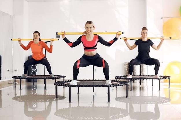 Frauengruppe auf sporttrampolin. fitnesstraining.