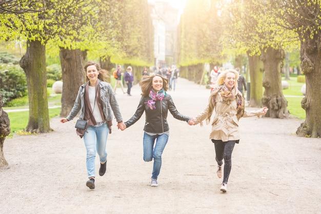 Frauengruppe, die am park läuft