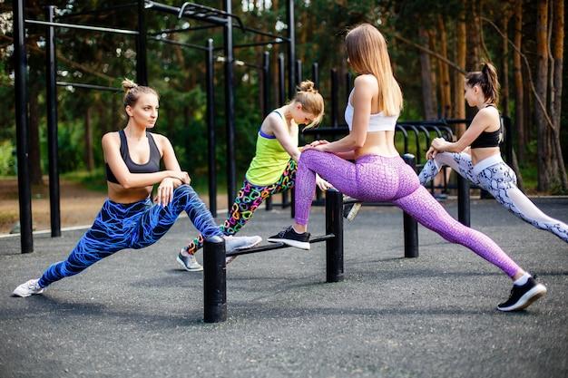 Frauengruppe, die hocken im park tut