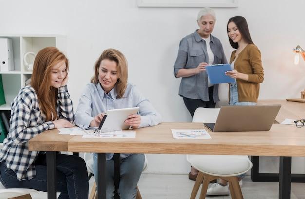 Frauengruppe, die im büro zusammenarbeitet