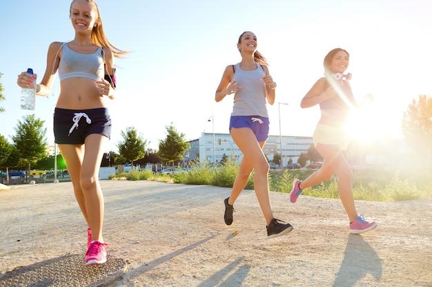 Frauengruppe, die in den park läuft.