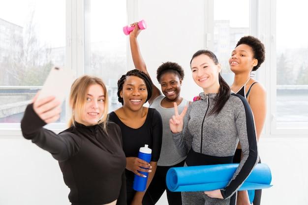 Frauengruppe, die zusammen fotos macht