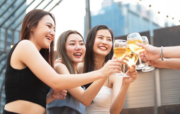 Frauengruppe gruppenparty bierglas