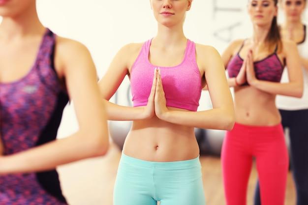 Frauengruppe macht yoga im fitnessstudio