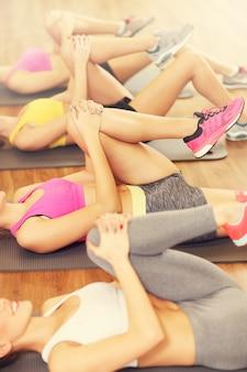 Frauengruppe stretching im fitnessstudio