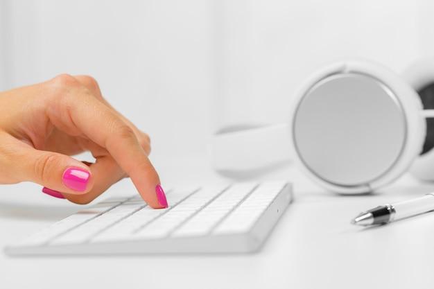 Frauenhände auf einer tastatur