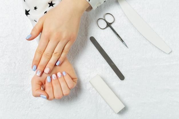 Frauenhände, die eine maniküre im schönheitssalon empfangen