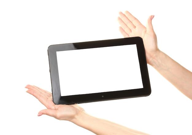 Frauenhände, die eine tablette auf weiß halten
