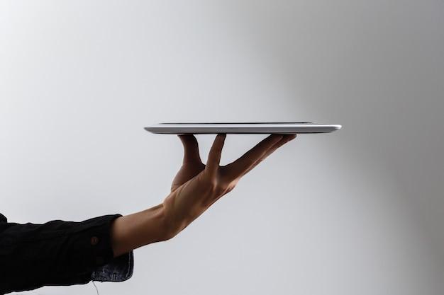 Frauenhände, die einen tablet-pc halten