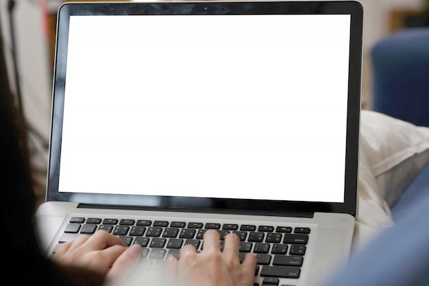 Frauenhände, die laptop-computer mit leerem bildschirm für spott herauf schablone, laptop mit hintergrund des leeren bildschirms für leutegeschäftstechnologie und lebensstil schreiben