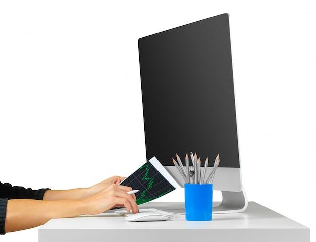 Frauenhände, die mit der computertastatur lokalisiert auf weiß arbeiten