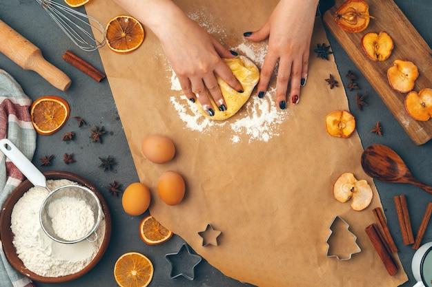 Frauenhände, die teig für kekse hautnah vorbereiten