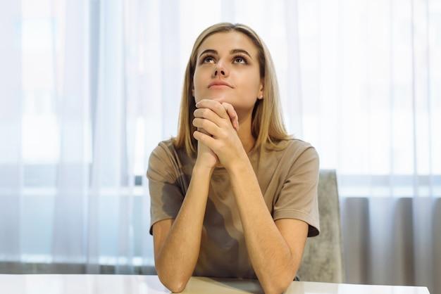 Frauenhände, die zu gott beten. frau bete um gottes segen, um ein besseres leben zu haben. um vergebung bitten und an das gute glauben. christliches lebenskrisengebet zu gott.