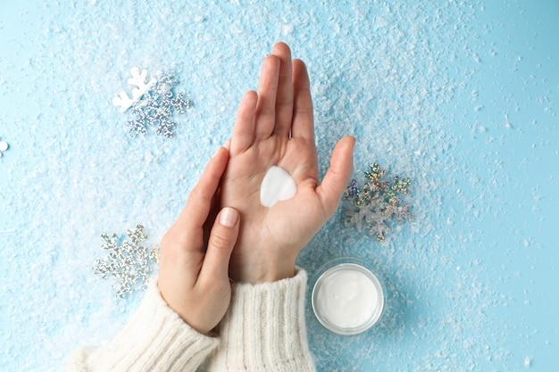 Frauenhände, feuchtigkeitscreme in der winterzeit