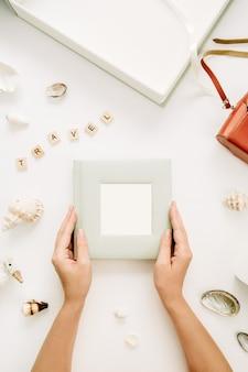 Frauenhände halten fotoalbum
