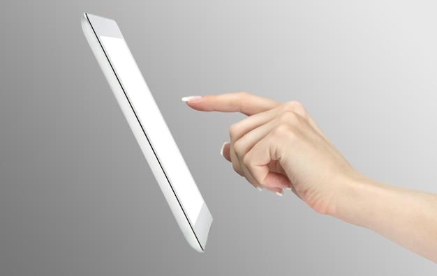 Frauenhände halten und zeigen auf zeitgenössischen digitalen rahmen mit leerem bildschirm.