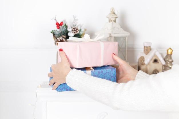 Frauenhände halten weihnachts- oder neujahrsgeschenkbox