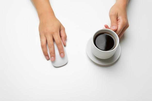 Frauenhände, kaffee und maus