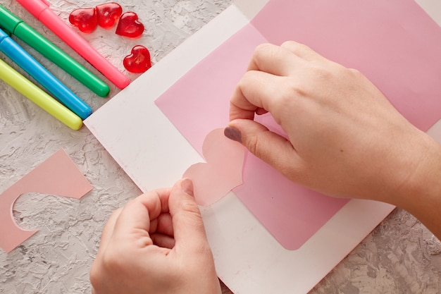 Frauenhände machen eine karte zum valentinstag