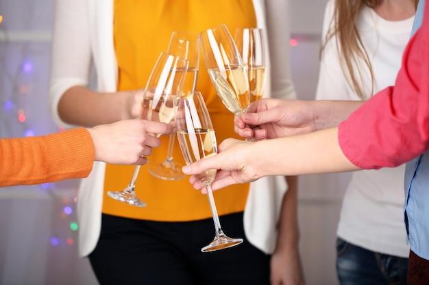 Frauenhände mit gläsern champagner