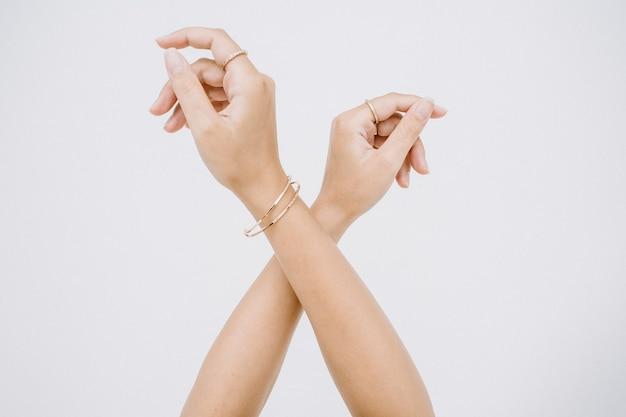Frauenhände mit ring und armband