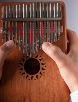 Frauenhände spielen die kalimba