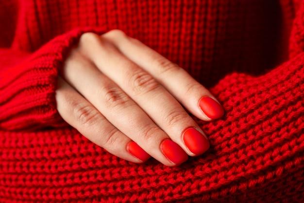 Frauenhände, stilvolle rote maniküre, platz für text. nahansicht