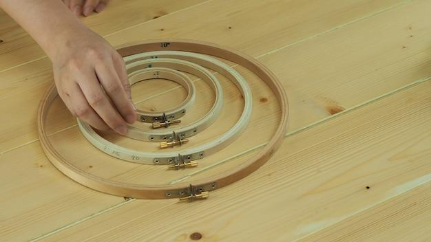 Frauenhände und bastelarbeiten sticken von hand nähen basteln mit fadennadel nähen stricken