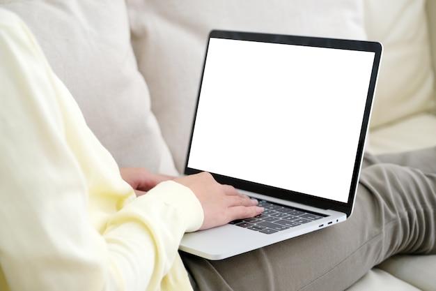 Frauenhände unter verwendung der laptop-computer mit leerem bildschirm für schein herauf schablonenhintergrund
