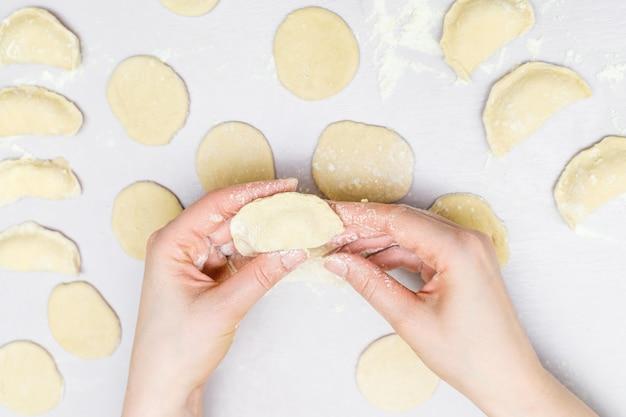 Frauenhänden macht ravioli