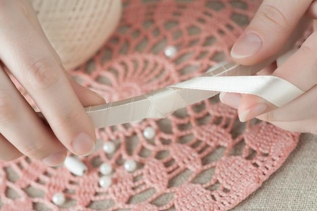 Frauenhänden mit beige band