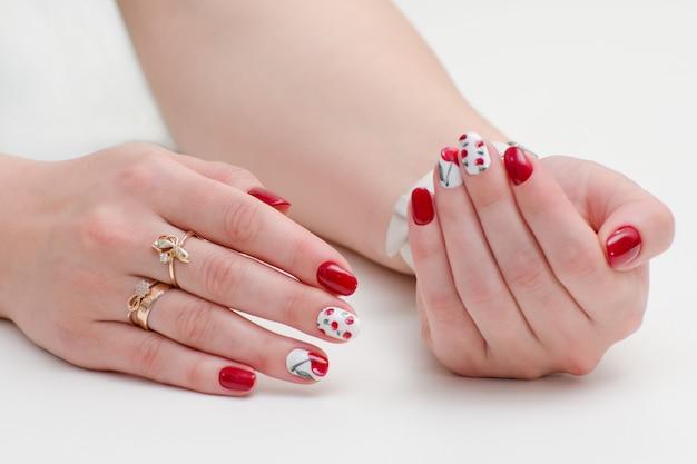 Frauenhänden mit maniküre