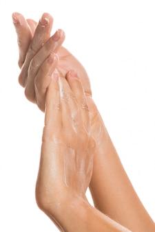 Frauenhänden und feuchtigkeitscreme