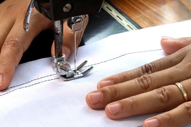 Frauenhand, arbeitend mit nähmaschine