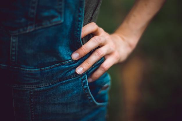 Frauenhand auf ihrer hüfte