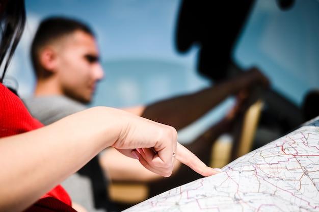 Frauenhand, die auf karte zeigt