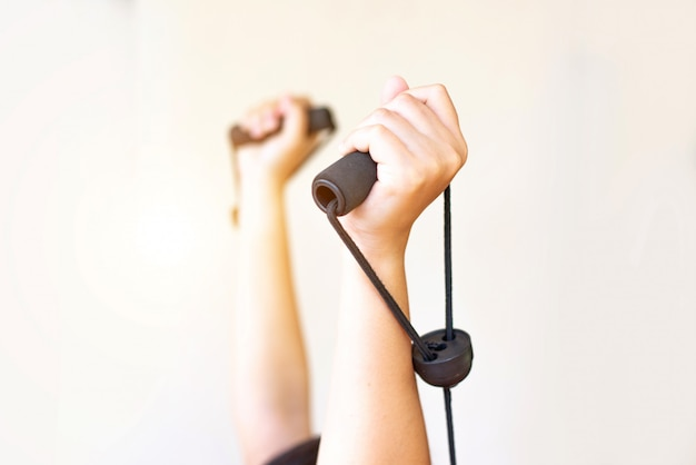 Frauenhand, die das handeln drückt, ups trainingsarme, gesundes leben des konzeptes